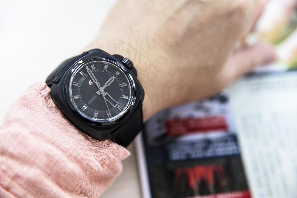 真的跟這只RADO全黑錶朝夕相處數天後,才發現配戴起來的Fu還挺不賴的!也讓宅編對於全黑錶的觀點稍有改觀。