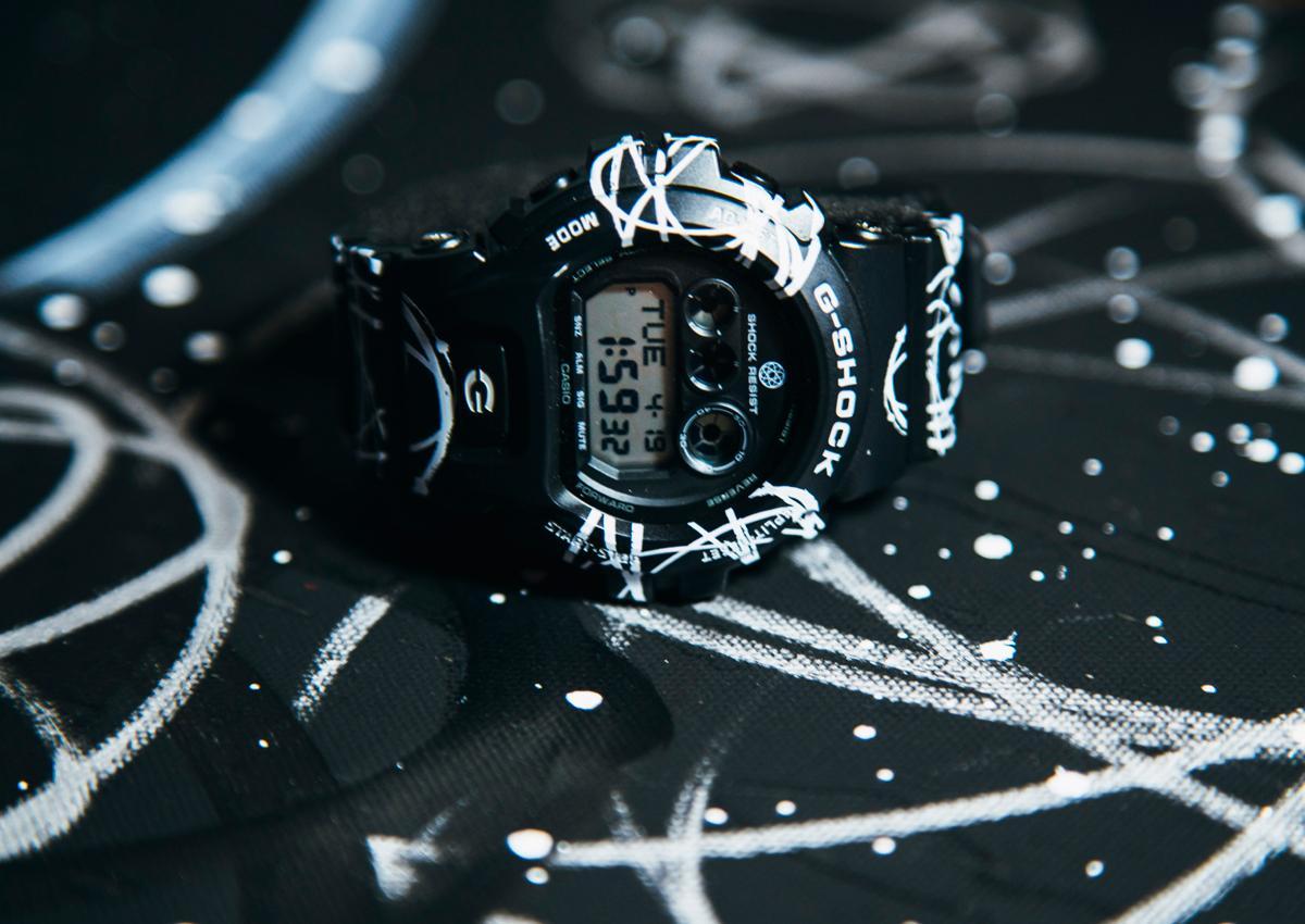 G-SHOCK擅長與接頭藝術家合作。這次與紐約塗鴉藝術家Futura攜手合作,白色塗鴉線條與黑色錶殼錶帶形成強烈對比,展現街頭潮流風格。定價NT$ 5,000。
