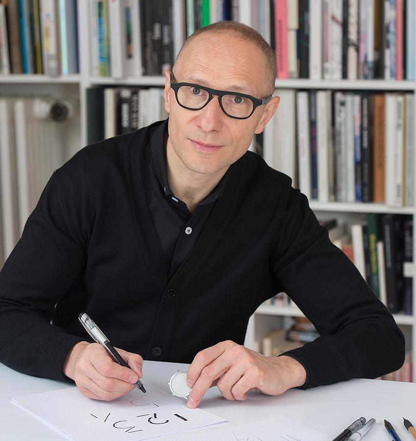 Philippe Apeloig是一名字體設計師,為客戶量身打造專屬字體。