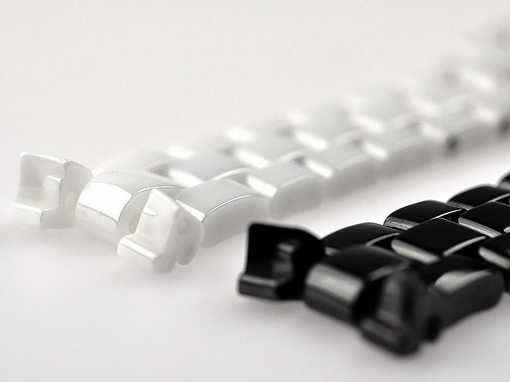 陶瓷材質有著高硬度、耐磨、質輕、色澤多變化等優點,所以早於1970年代就開始使用在錶殼與鍊帶的製作上面。