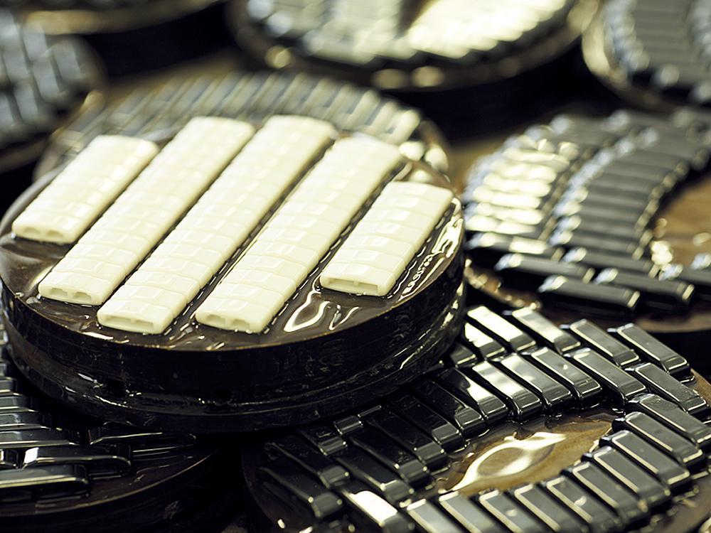 1970年代的全球錶壇,不鏽鋼雖然已成為了市場的主流腕錶材質,但單調的銀白色金屬色澤已經無法滿足消費者求新求變的慾望;而就在這樣的狀態之下,腕錶用陶瓷材質開始異軍突起,並在市場上開始嶄露頭角。