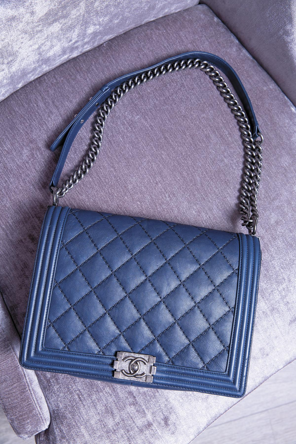 藍色BOY CHANEL,約NT$145,000。大尺寸的包款,在美國遊學時被拿來當書包用。