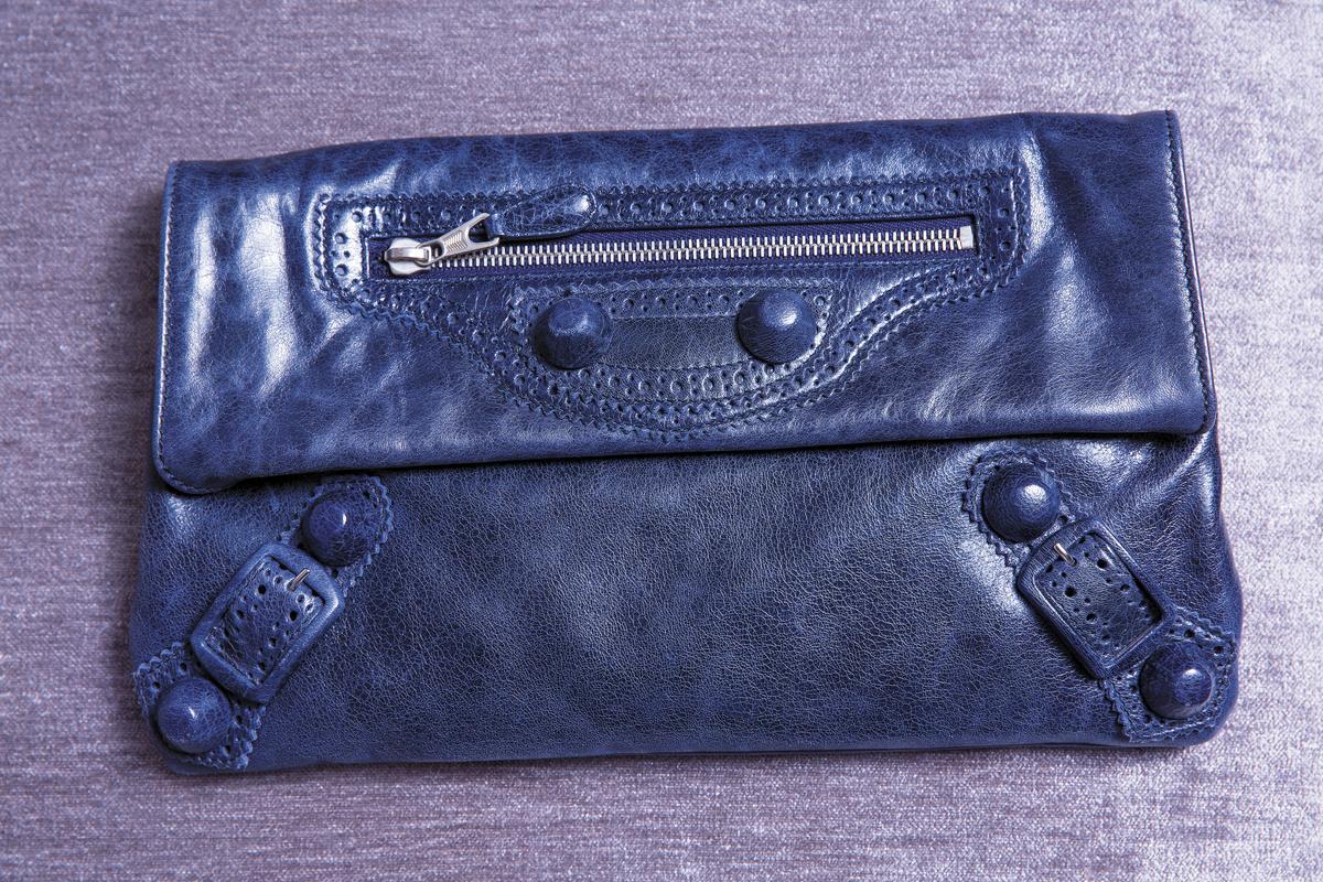 BALENCIAGA Classic Envelope,約NT$28,000。買了好久,一直找不到適合的衣服搭配,但就是覺得藍色好漂亮。