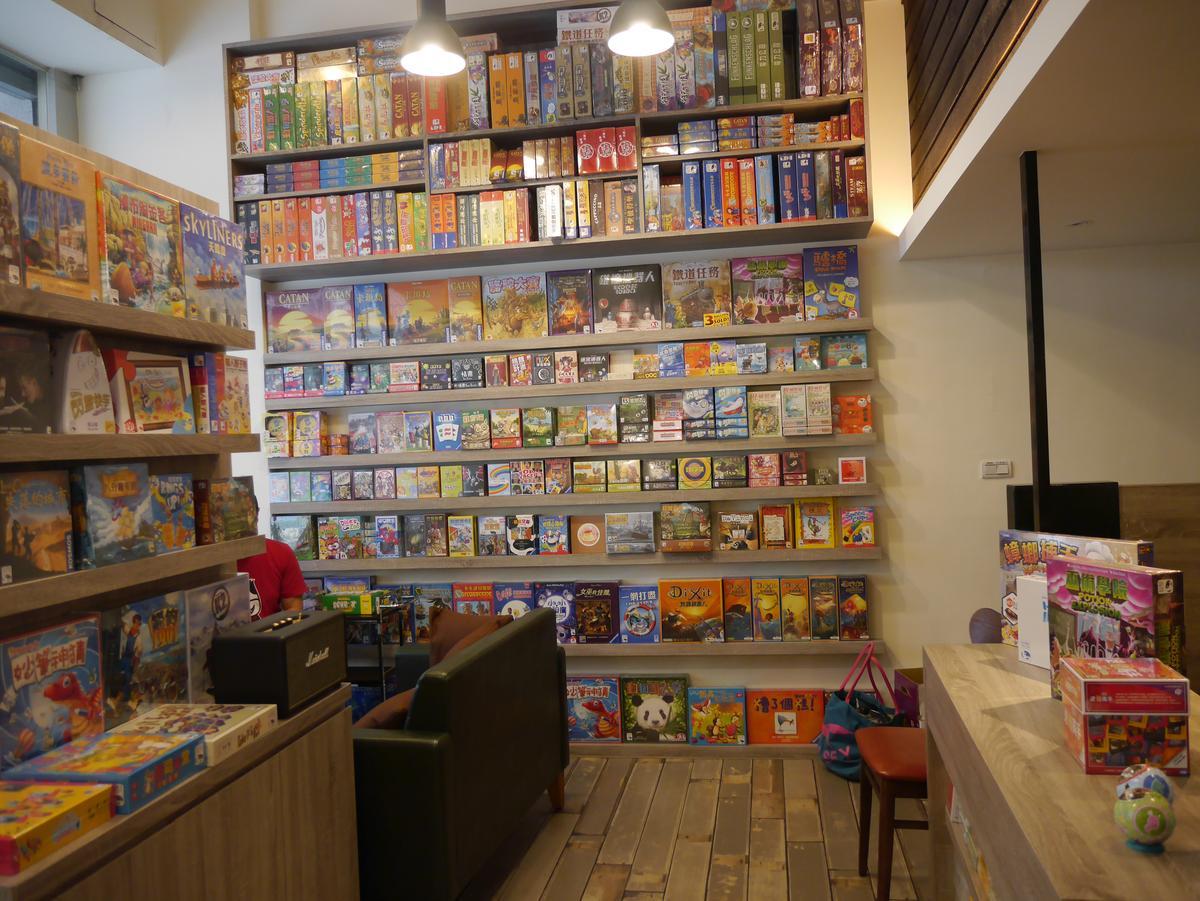 新天鵝堡第一家直營的實體桌遊店:SWAN Cafe