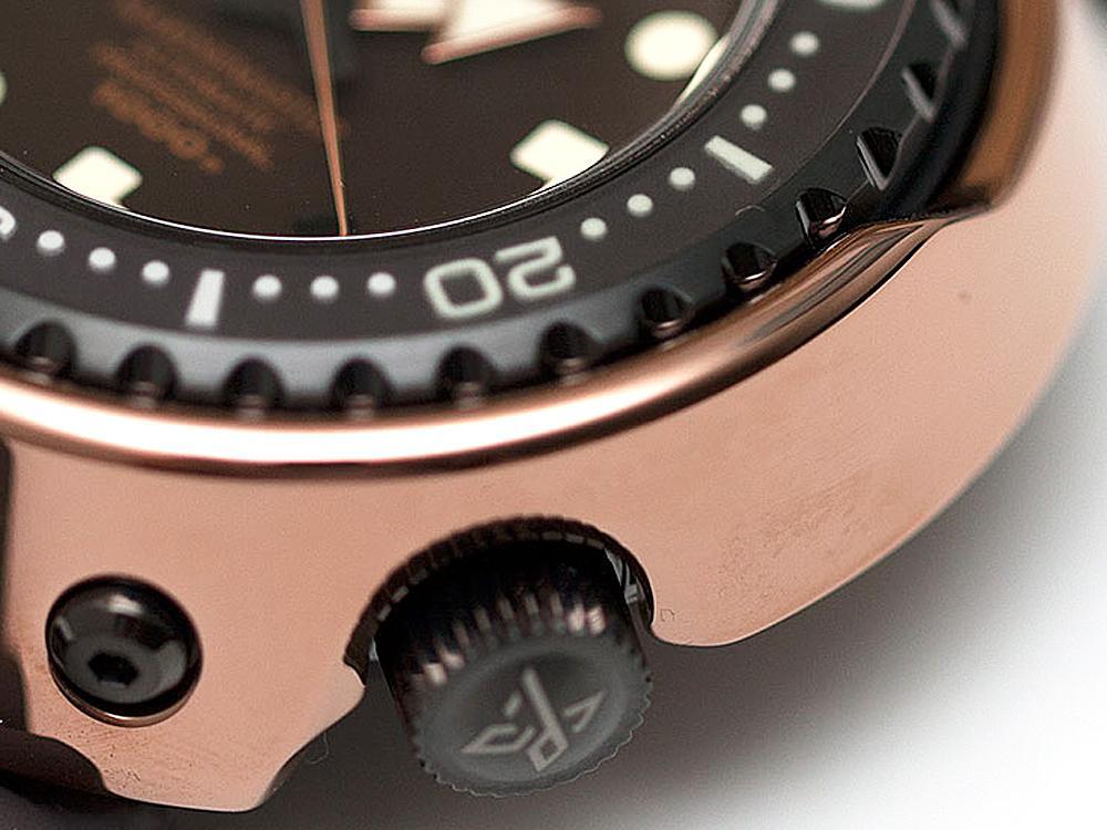 金屬陶瓷(Cermet)材質,其有著天然的銀亮金屬光澤,具有比氧化鋯陶瓷材質更高的硬度、密度,彎曲強度與韌性則毫不輸給氧化鋯材質,所製作出來的錶殼與鍊帶又有著近似於金屬的明亮質感,重量也與一般金屬材質腕錶接近,算是夢幻的腕錶用陶瓷材質。