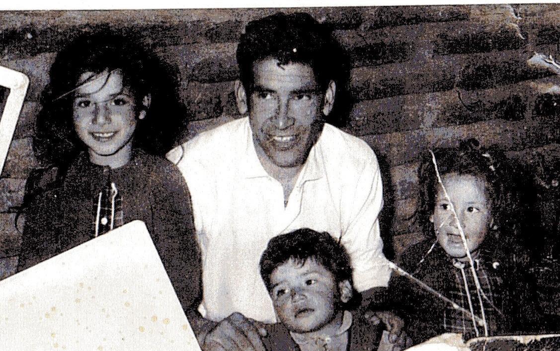 導演流亡英國多年的祖父Leopoldo Osorio(中)年輕時的照片。(翻攝自Leopoldo Osorio臉書)