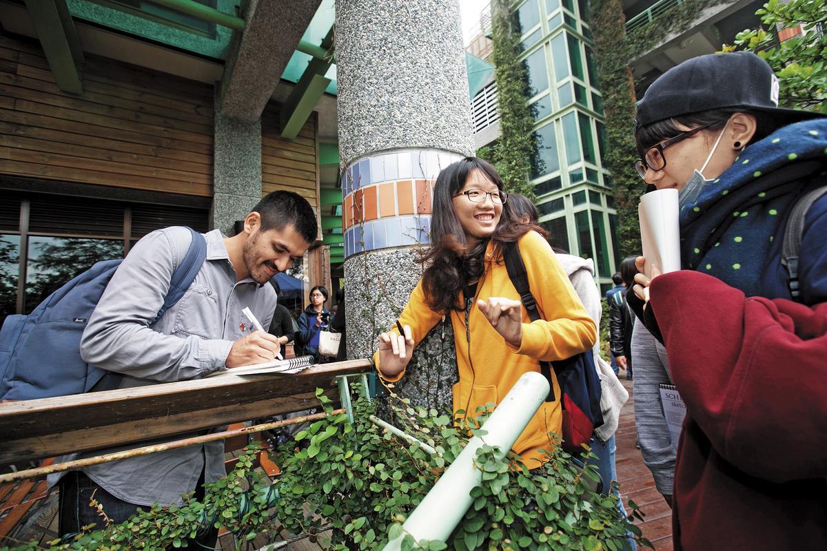 台灣粉絲迫不及待地遞上素描給奧索里歐(左)簽名,他每次都會畫一隻小熊作為回禮。
