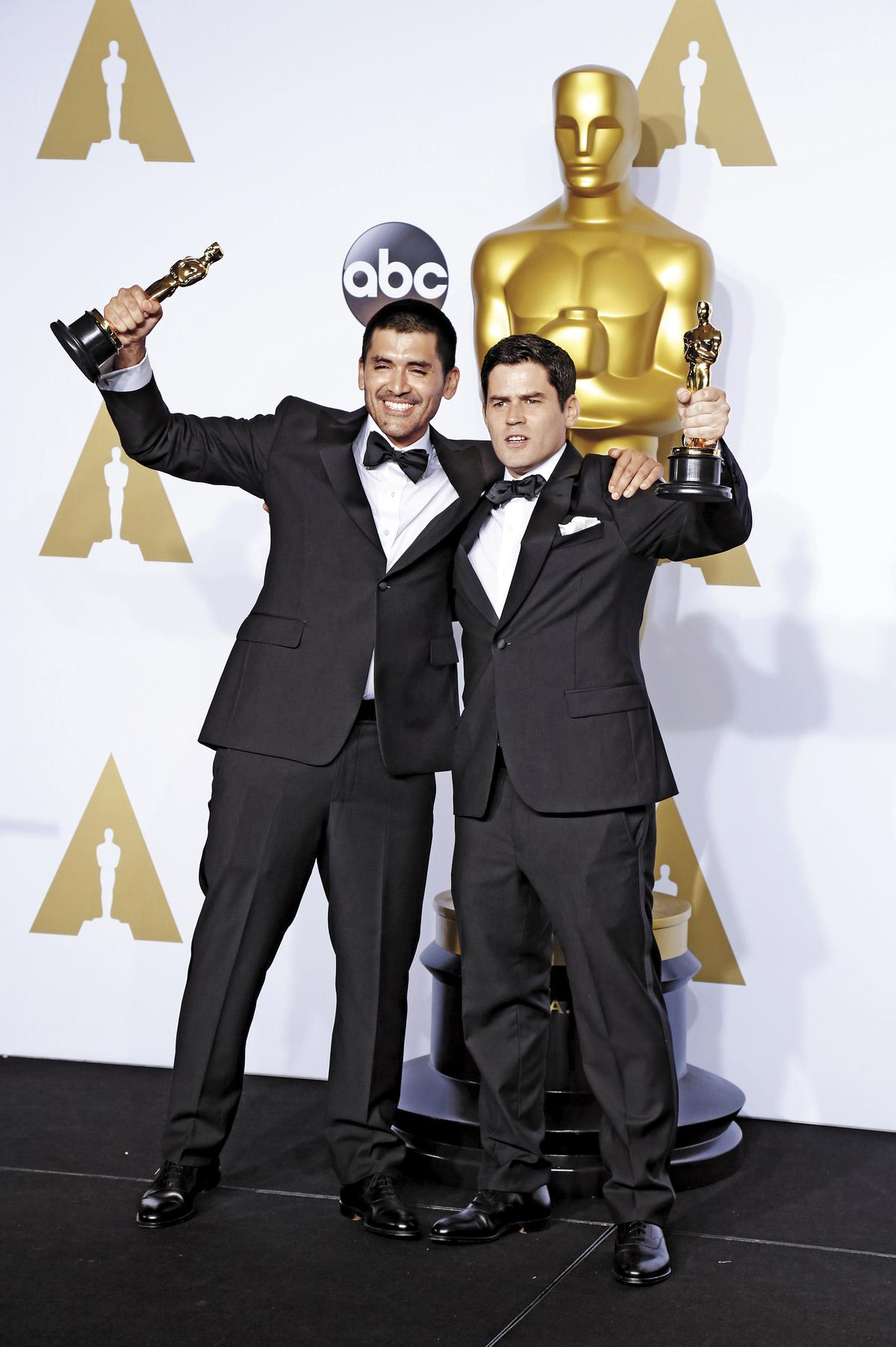 製作人Pato Escala(右)與導演奧索里歐(左)代表智利獲得第一座小金人,在奧斯卡後台接受採訪。(東方IC)