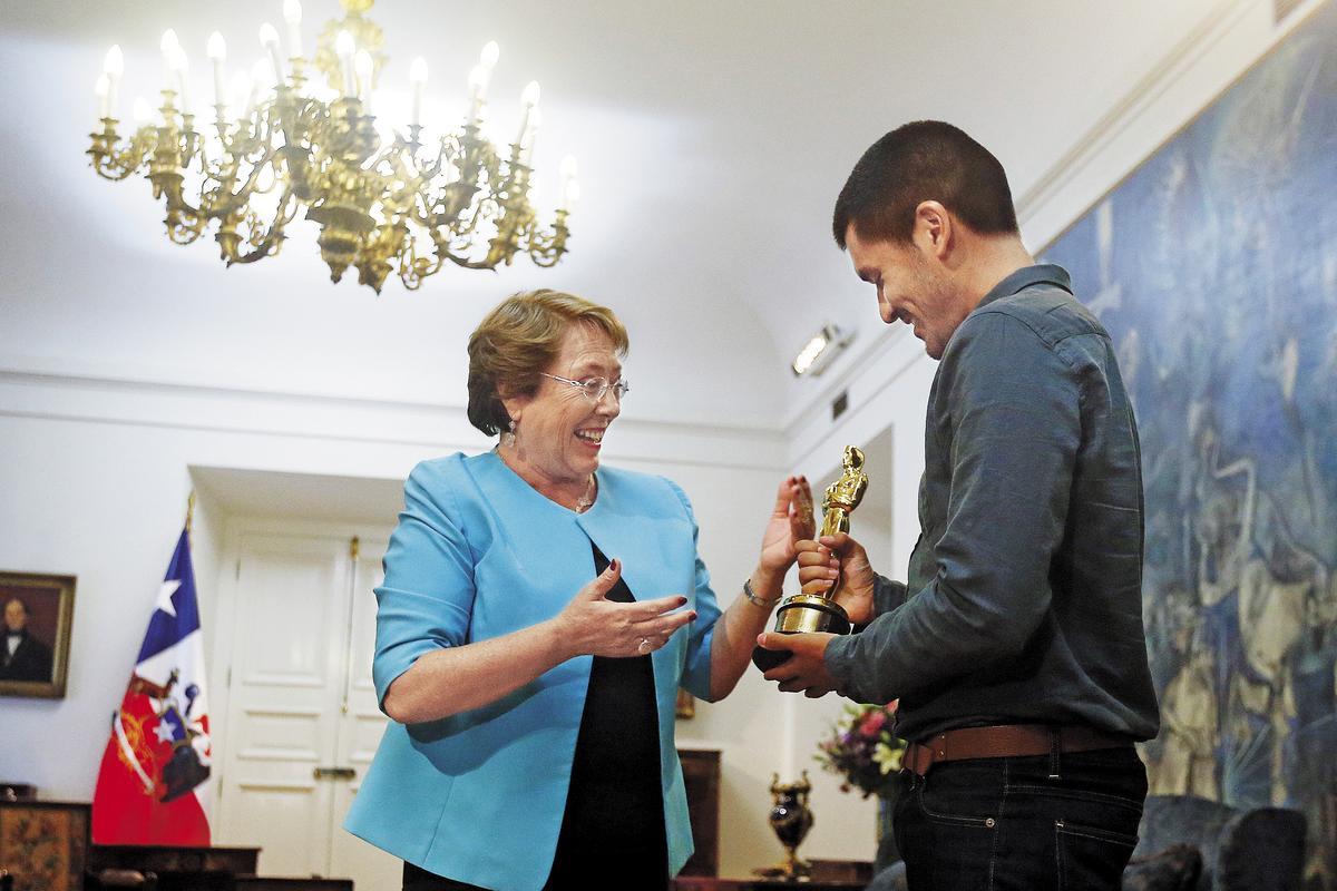 現任智利總統蜜雪兒巴舍萊(左)接見奧索里歐與Punkrobot團隊,討論政府未來該如何扶持藝術產業。(東方IC)