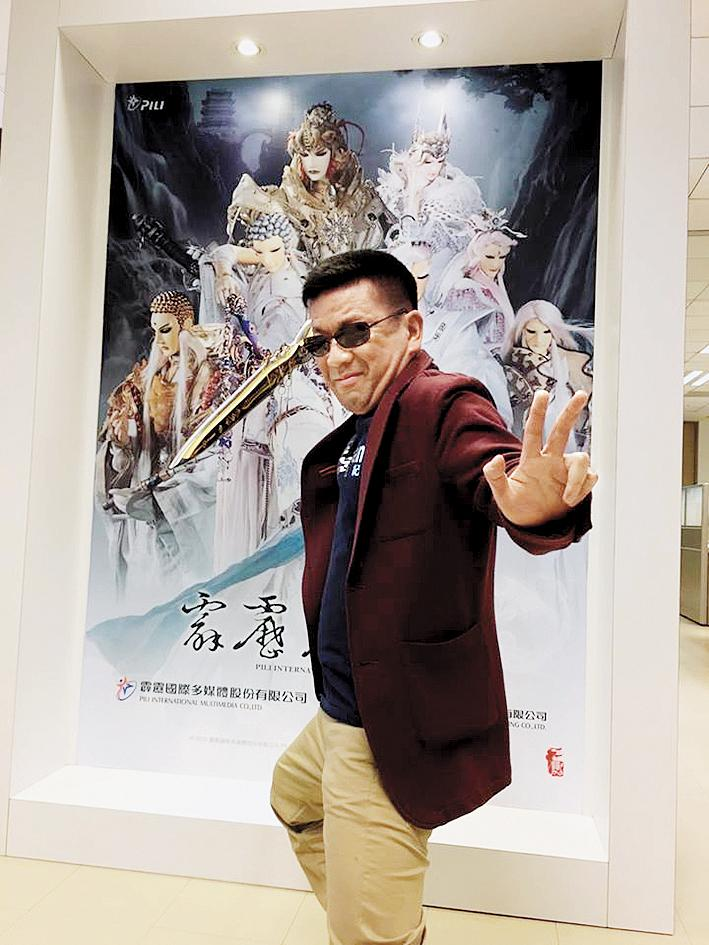虛淵玄是日本知名編劇,他2014年來台參加國際動漫節,因緣際會和霹靂合作《東離》。(翻攝自《東離》臉書)