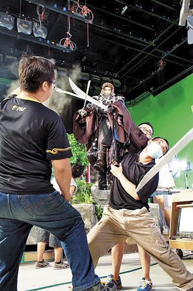 《東離劍遊紀》拍攝場地位在雲林土庫霹靂片廠,操偶師揮汗操作高度達90公分的木偶主角,考驗體力和技巧。(大霹靂國際整合行銷股份有限公司提供)