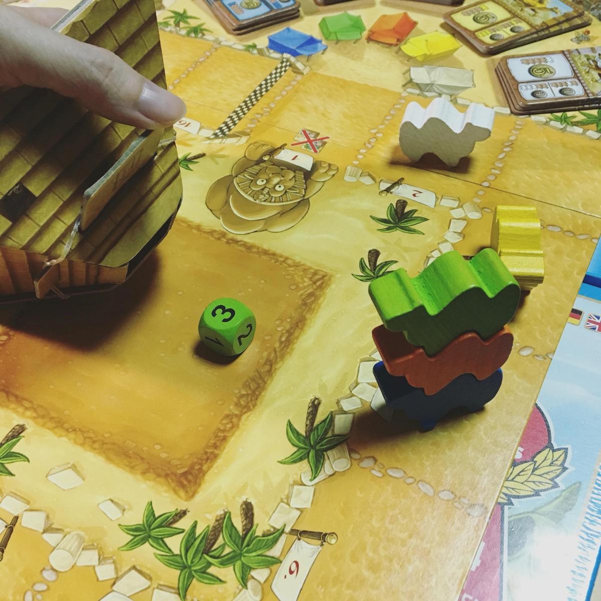 使用金字塔骰塔的方法:將金字塔倒放,沿箭頭方向推一下機關讓骰子掉出來。