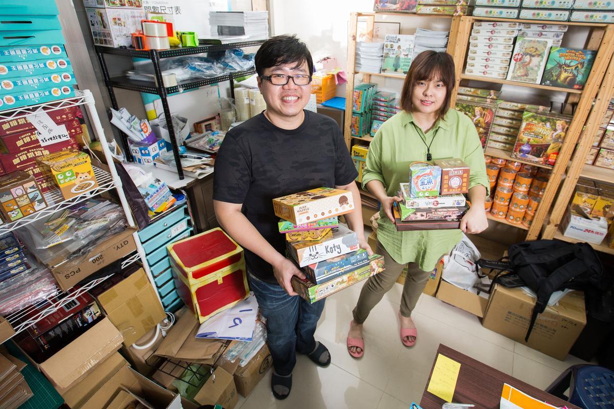 小小的辦公空間中,堆滿了桌遊,是大玩一路走來的成果。左為創辦人楊東岳,右為行銷總監閃琳。
