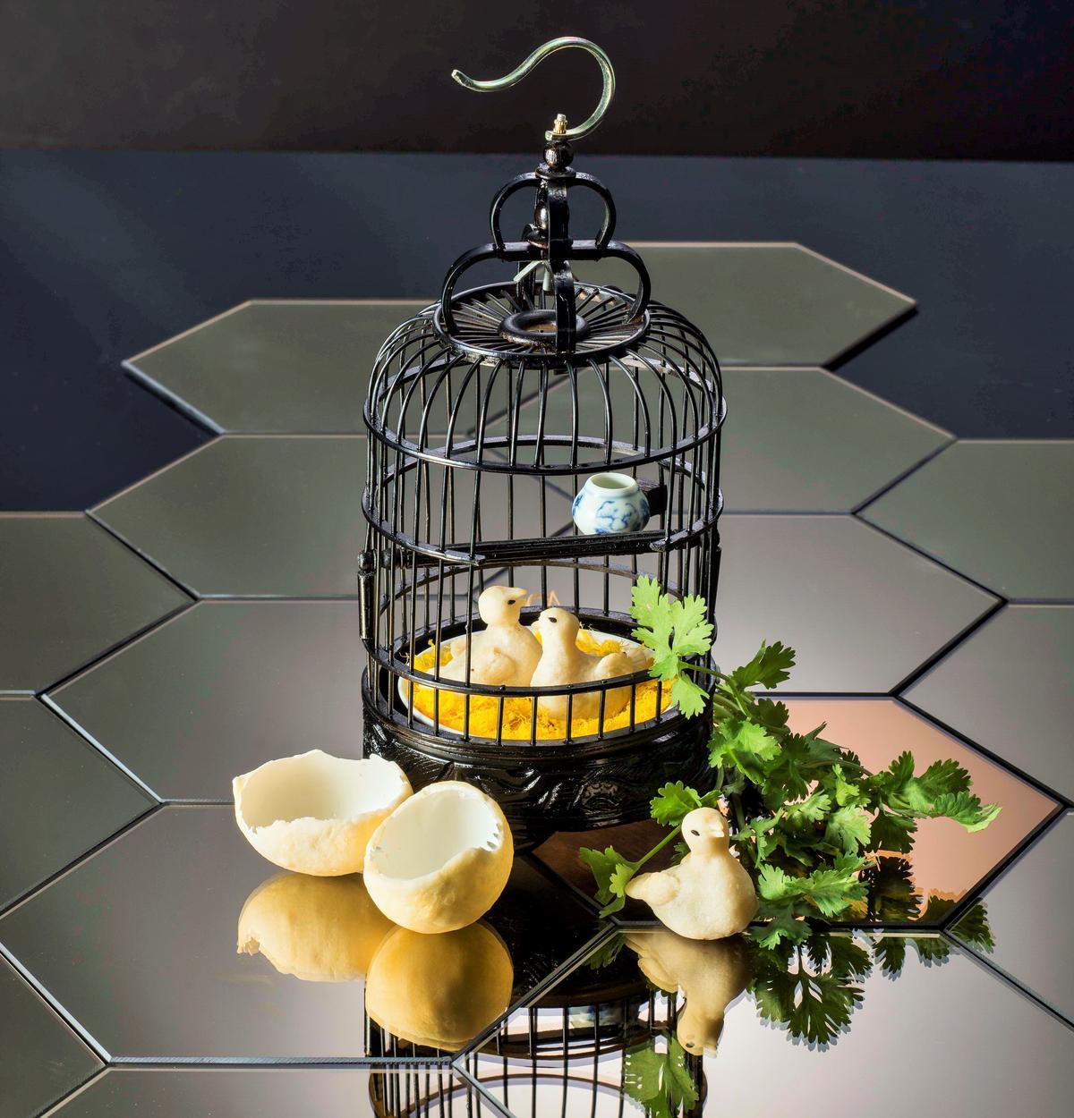 小鳥造型的鳳梨酥,後來才知道叫做「鴿吞鳳梨」。(港幣59元/份,約NT$240)(圖片提供:Yum Cha)