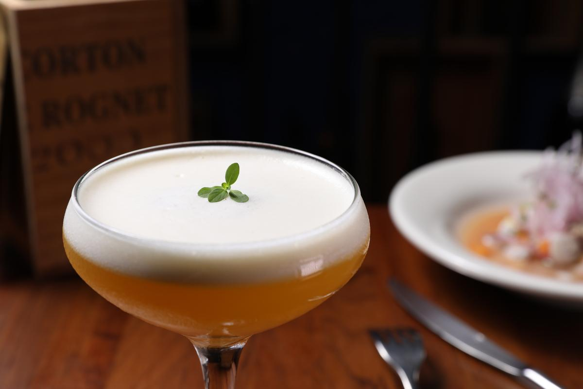 「Maracuya Sour」調酒用花香型秘魯白蘭地「Pisco」為基底,混合了百香果、萊姆、蜂蜜,有著熱帶馥郁風味。(250元/杯)