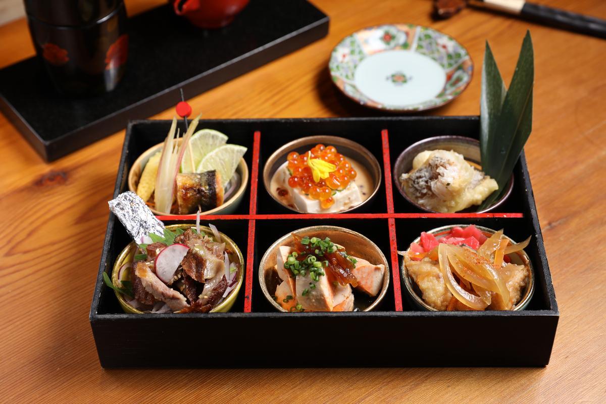 「先酒肴」的「極上小鉢六品」包含了炸物、烤物、漬物,小巧精緻。(680元/份)