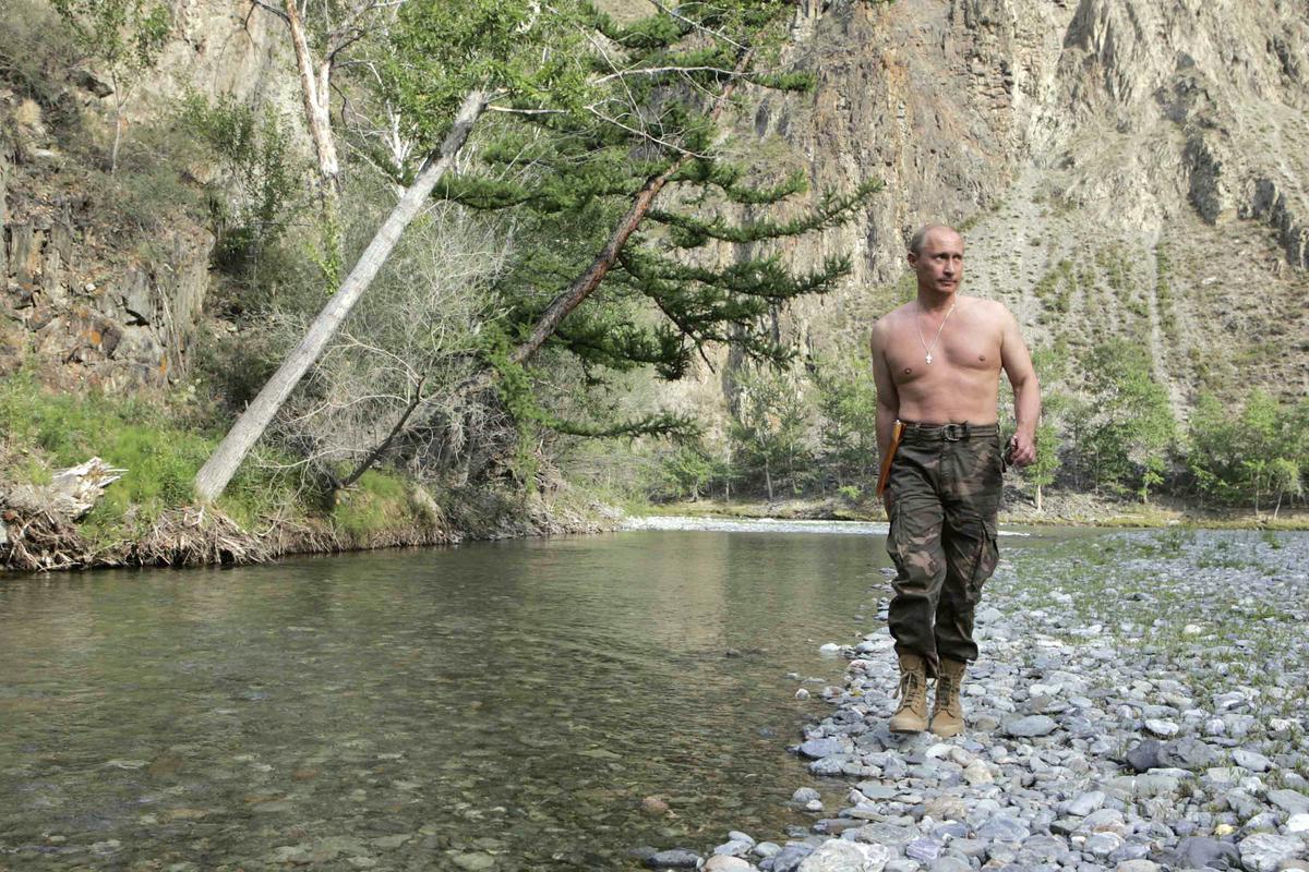 俄羅斯總統普丁常以打著赤膊的陽剛形象示人。個人崇拜,是形塑強人的重要一環。(東方IC)