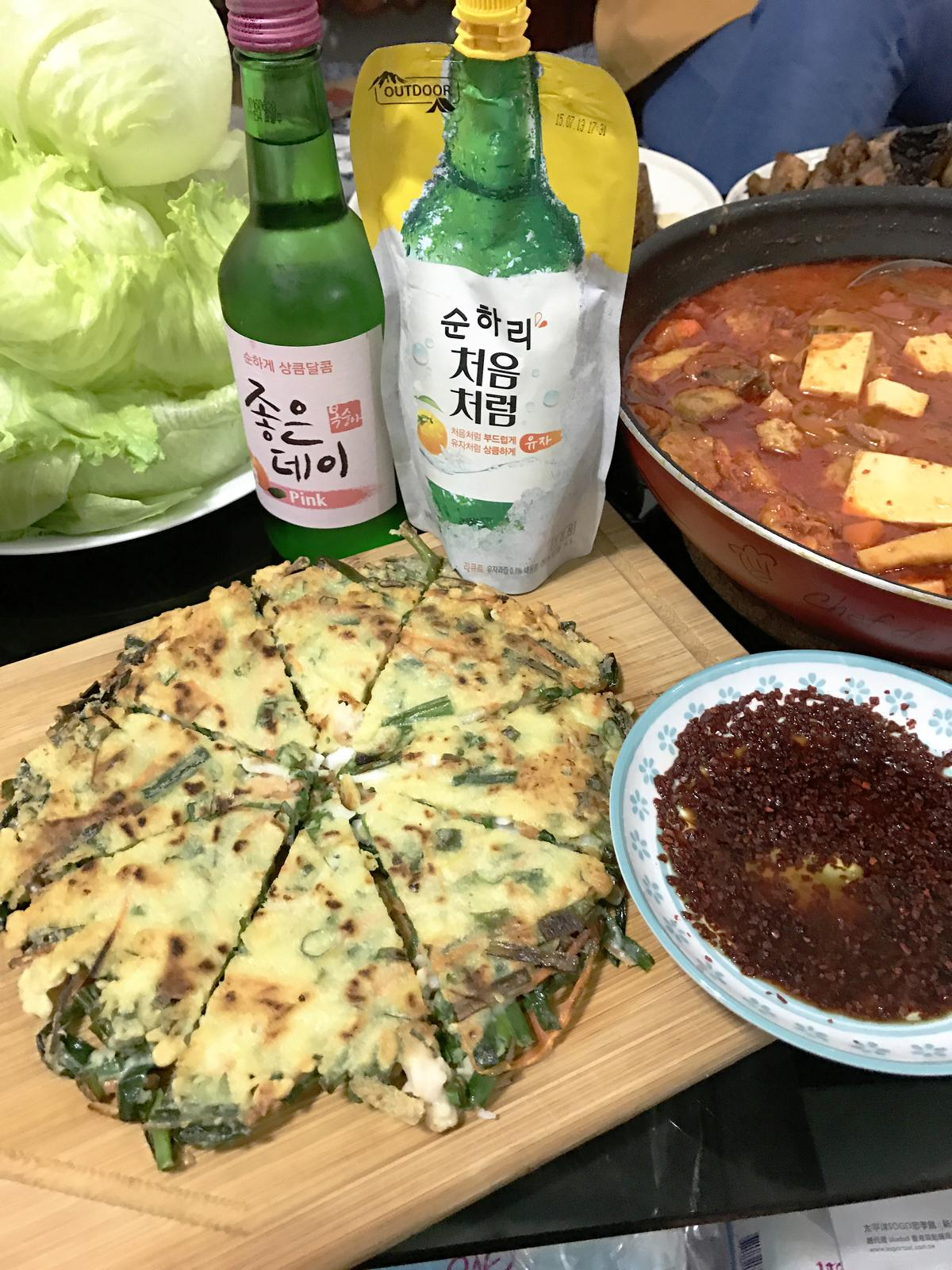 韓國蔥餅的正宗拍檔是濁酒,買不到沒關係,來杯韓國燒酒(真露)一樣讚。