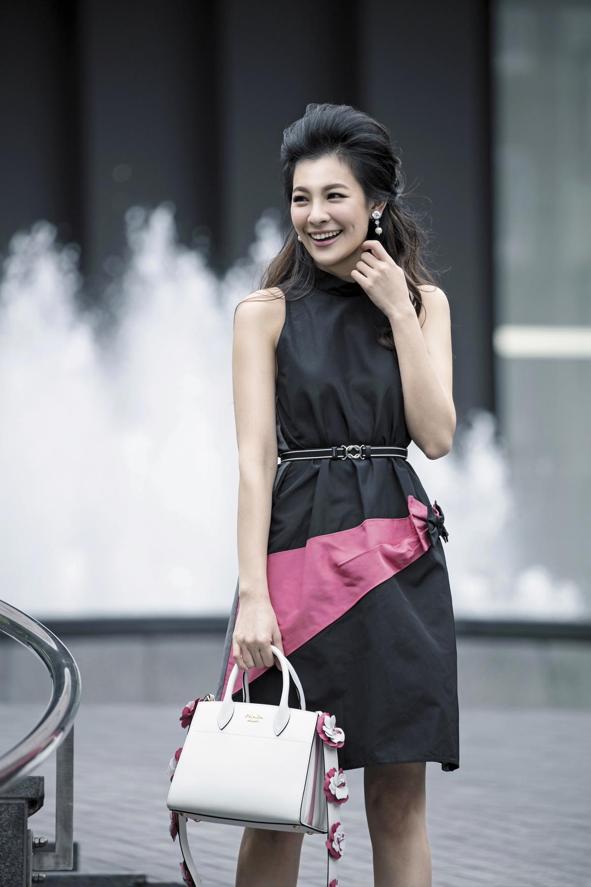 波浪裙襬洋裝,NT$59,500。經典方形手提包,NT$105,000。花朵綴飾肩背帶,NT$31,500。(All by PRADA)