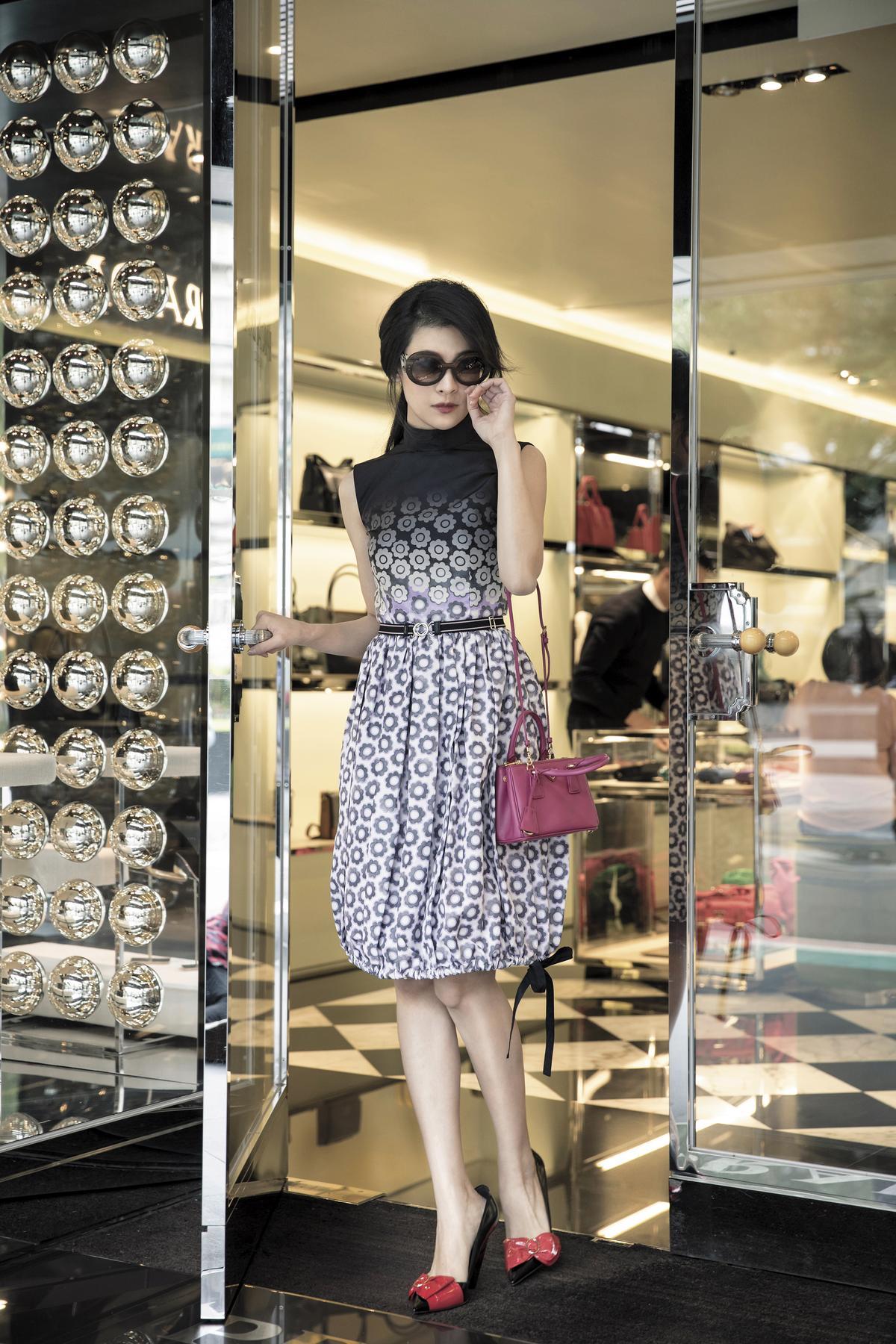 花卉漸層圖案洋裝,NT$92,500。Minimal Baroque太陽眼鏡,NT$16,800。桃紅肩背包,NT$44,000。(All by PRADA)
