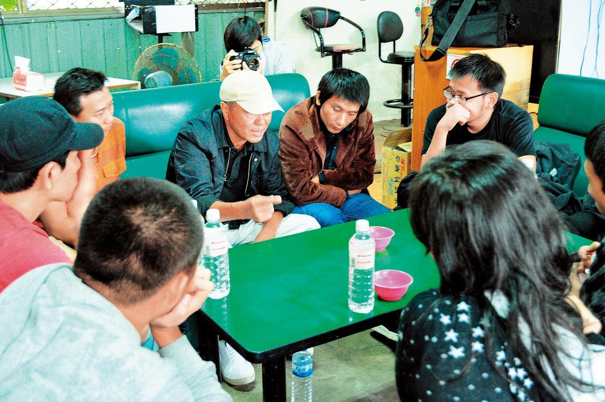 趙德胤(中)為了拿第一名,主動報名金馬電影學院,從導演侯孝賢(左)身上學會不少技巧,拍了《歸來的人》。(趙德胤提供)