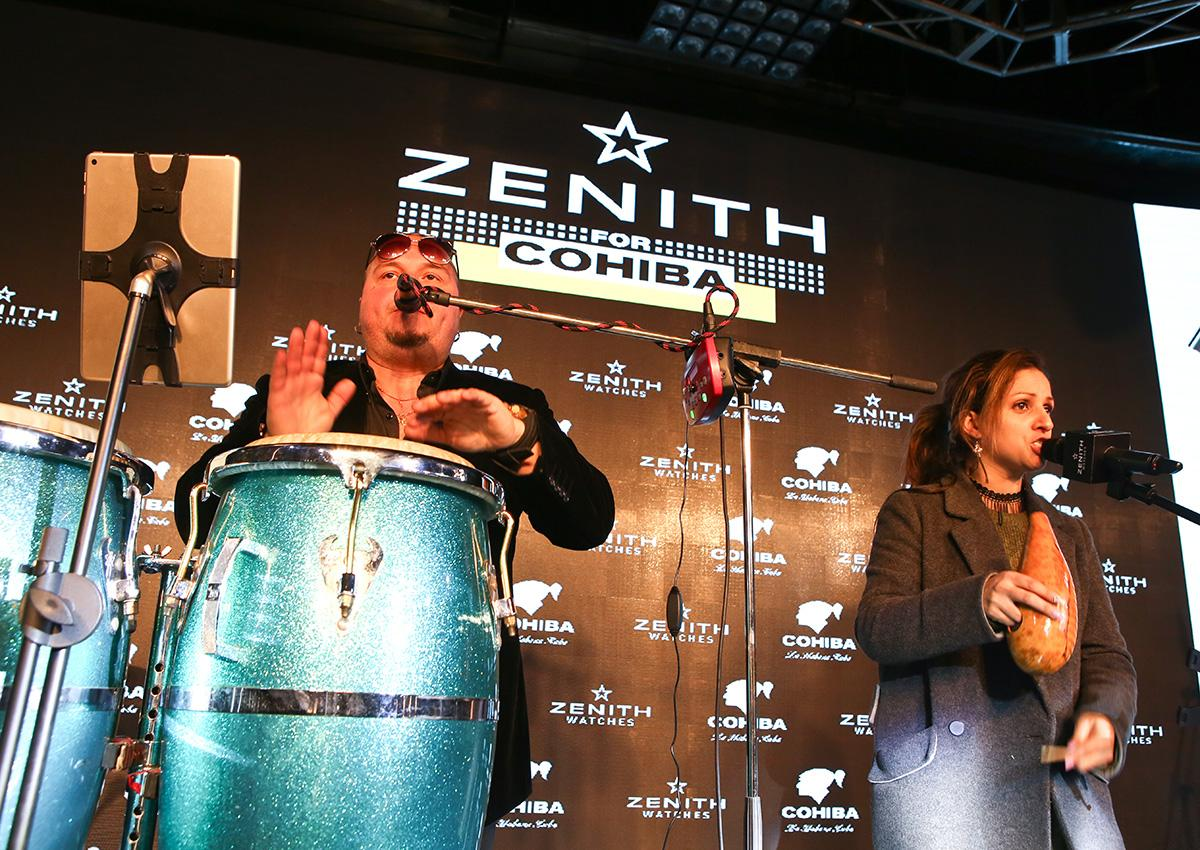 現場演奏的重節拍中,賓客們跟著音樂擺動。