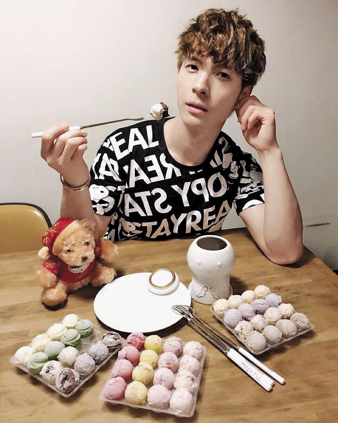 陳勢安喜歡嘗試各種美食,連冰淇淋巧克力鍋等甜點也愛,不怕熱量太高發胖。 (翻攝自陳勢安IG)