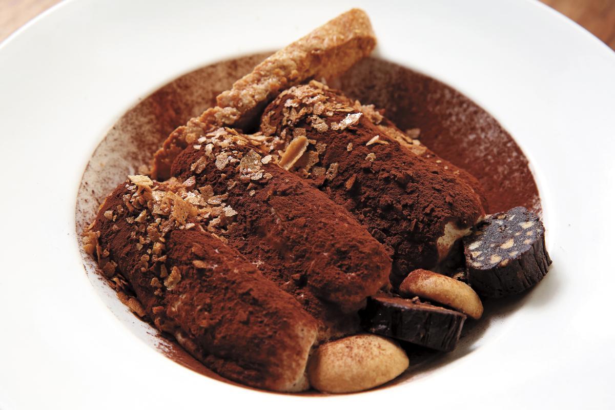 愛吃甜點的陳勢安特別推薦提拉米蘇,他建議用湯匙豪邁挖下去,所有食材一次入口。