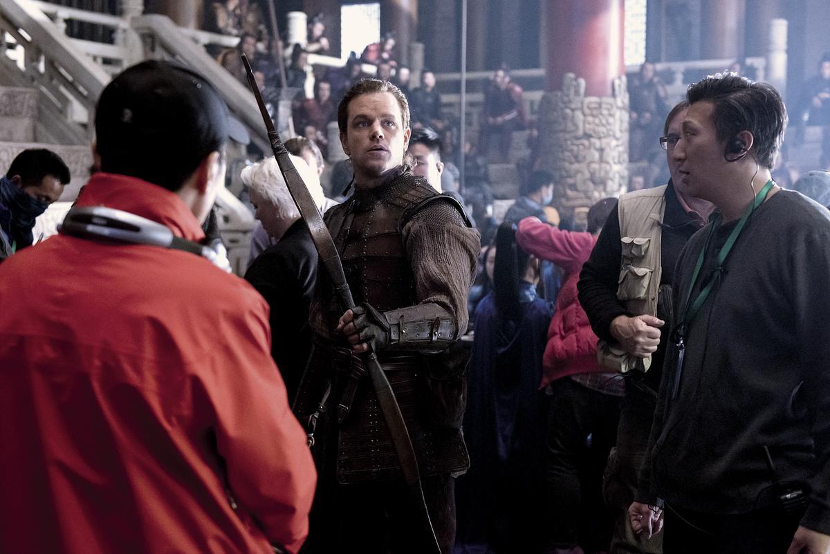 拍戲時,麥特戴蒙(左)和導演張藝謀溝通任何事情,都得靠台灣出生的藍伯儒(右)一句一句翻譯。