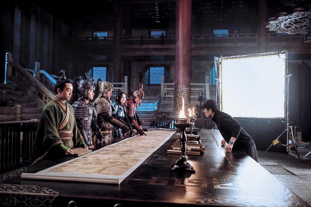 張藝謀執導華人演員的方式,好像「心理醫生」,盡量用鼓勵的方式教演員:「放輕鬆!」「小菜兒一碟!」