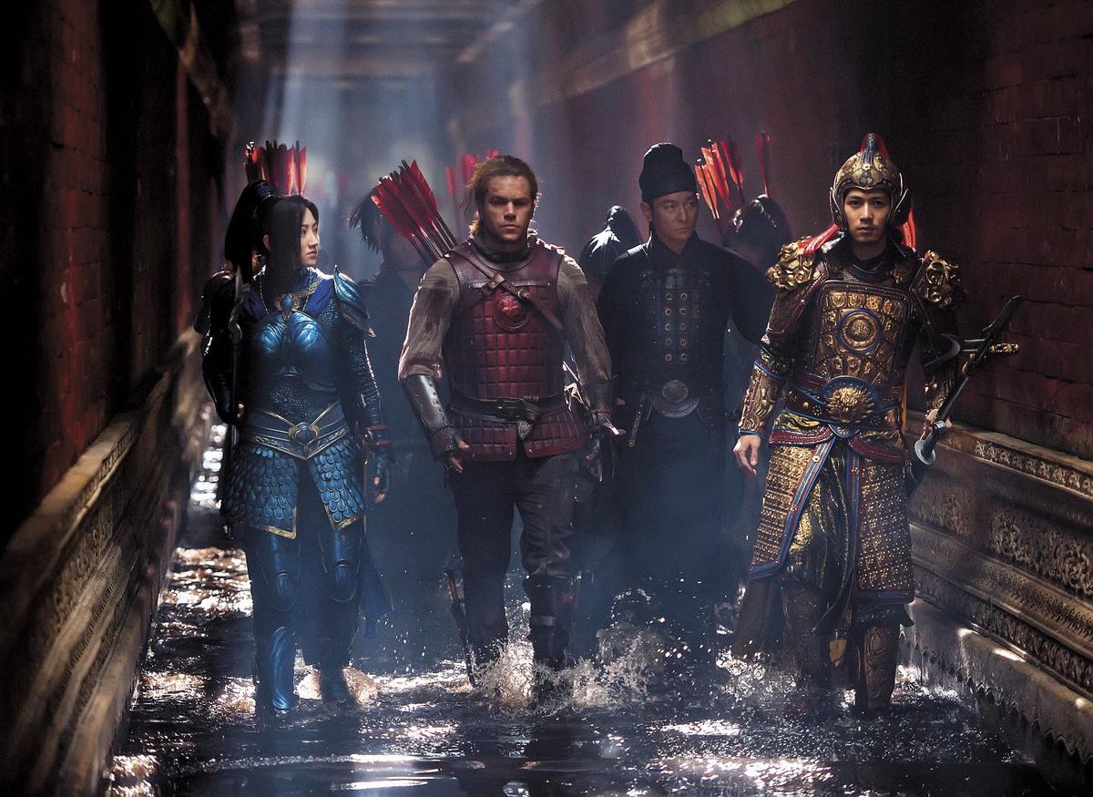 曾在原版及好萊塢版《無間道》中飾演同一個角色的麥特戴蒙(左二)和劉德華(右二),這次並肩作戰,對手戲不少。左一為女主角景甜。