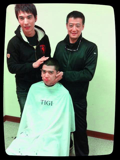 2011年去當兵前,老闆李亞明(右)與前同門陳勢安(左)為Bii打氣。(翻攝自畢書盡臉書)