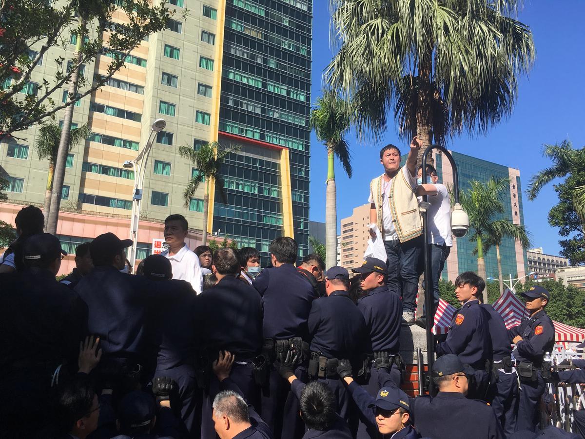 反同陣營在立院外不斷呼籲要求公投,部分民眾情緒激動,曾試圖衝進立法院,而與警力發生推擠。