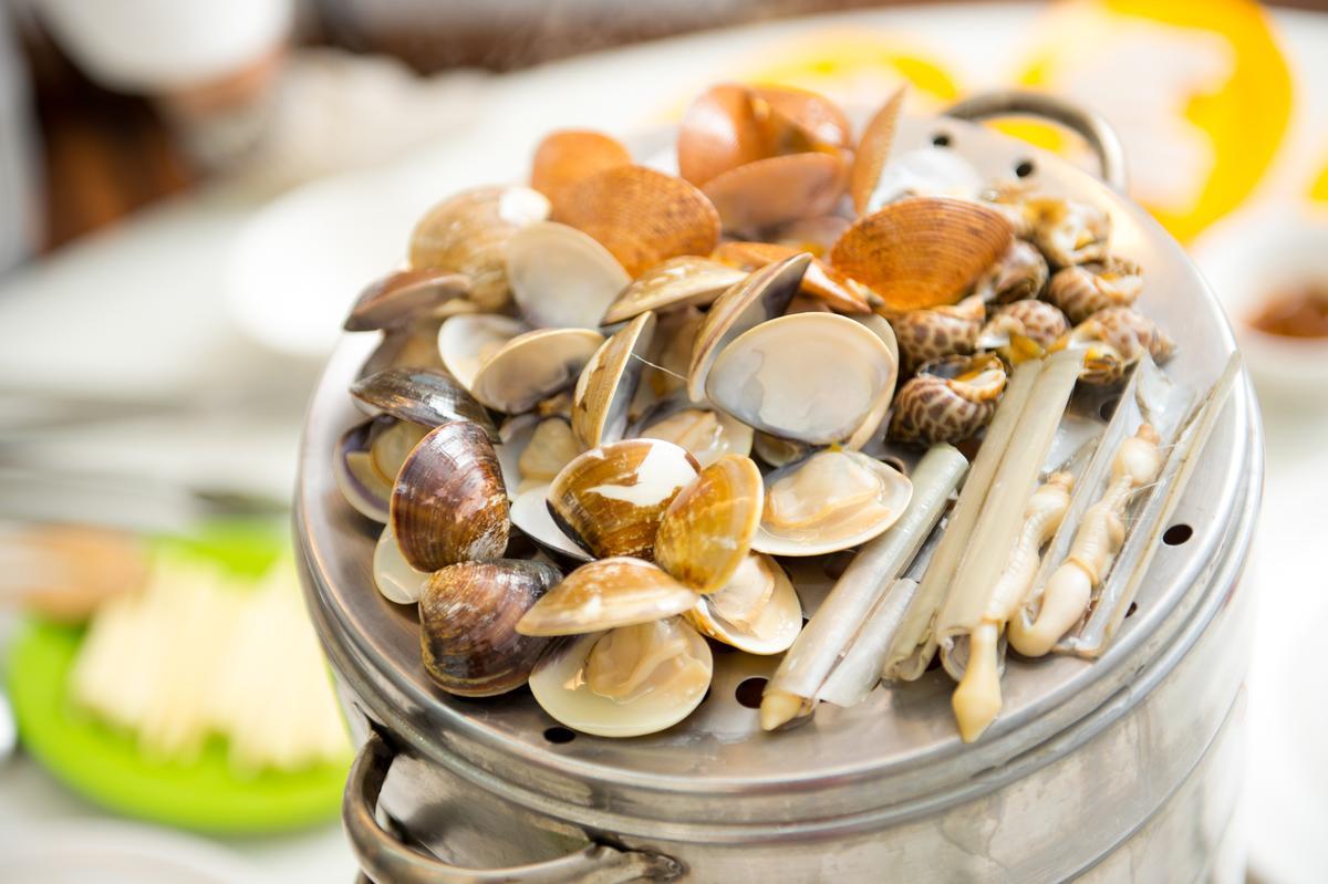 集合牛奶貝、竹蟶、蛤蜊、鳯螺和海瓜子的的貝殼層,上桌時貝殼才剛蒸熟彈開,肥嫰鮮甜。(330元/小層)