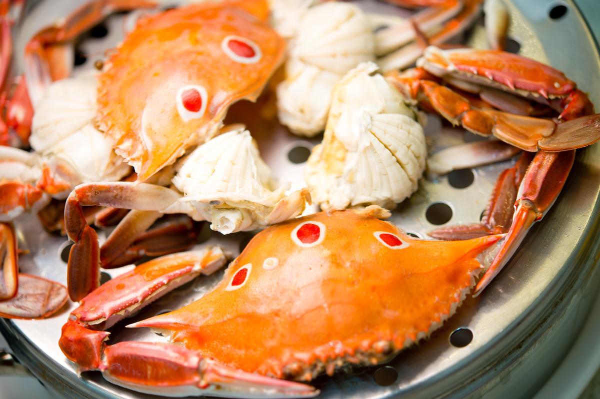 肉質細幼的三點蟹剝除背殼、剪鰓及口器,邊剝邊吃,過癮啊~(330元/小層)