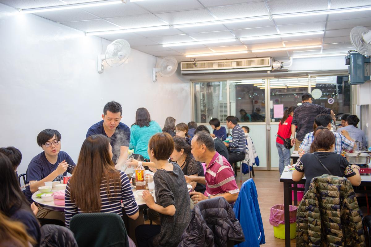 原本只開在南台灣的「双月牌沙茶鍋 」3個月前北上在新莊開設新店,吸引客人前來品嘗馳名的沙茶爐,但店裡空間較小,建議用餐前幾天就要預約,就曾有從桃園慕名北上的客人,排隊等了整晚都沒位置敗興而歸。