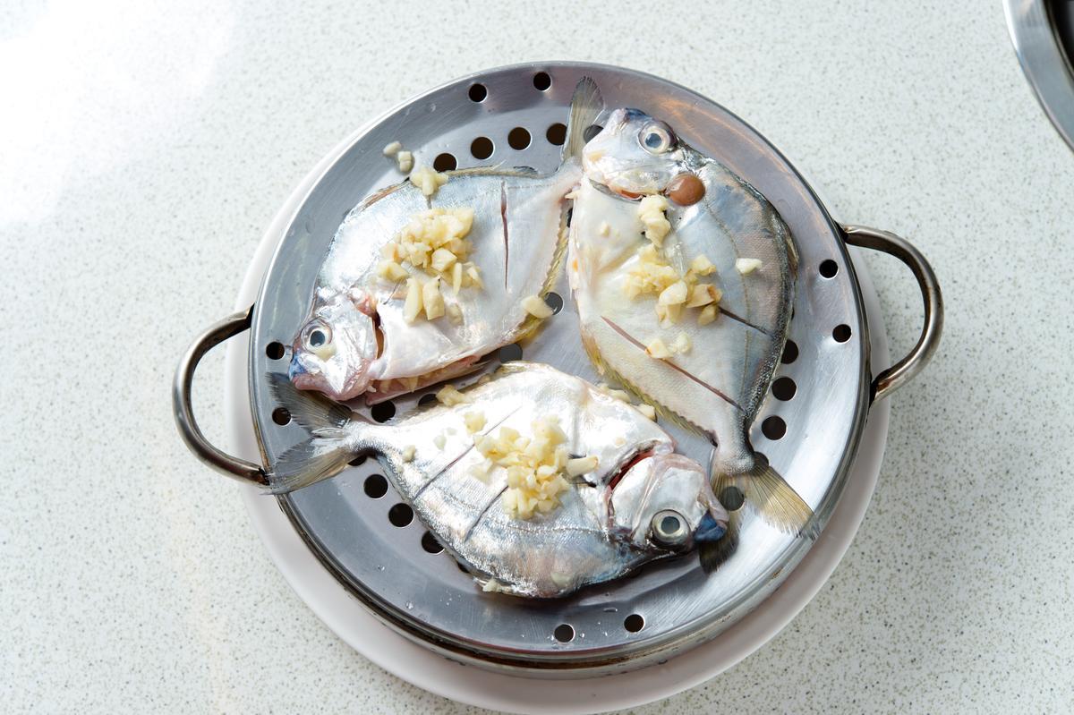每天下午從竹圍送來的鮮魚都不相同,圖中的「三角仔」在蒸煮前只有抺上蒜頭、橄欖油,以熱氣蒸熟後嘗來肉質細緻,品嘗的是鮮甜原味。(330元/小層)
