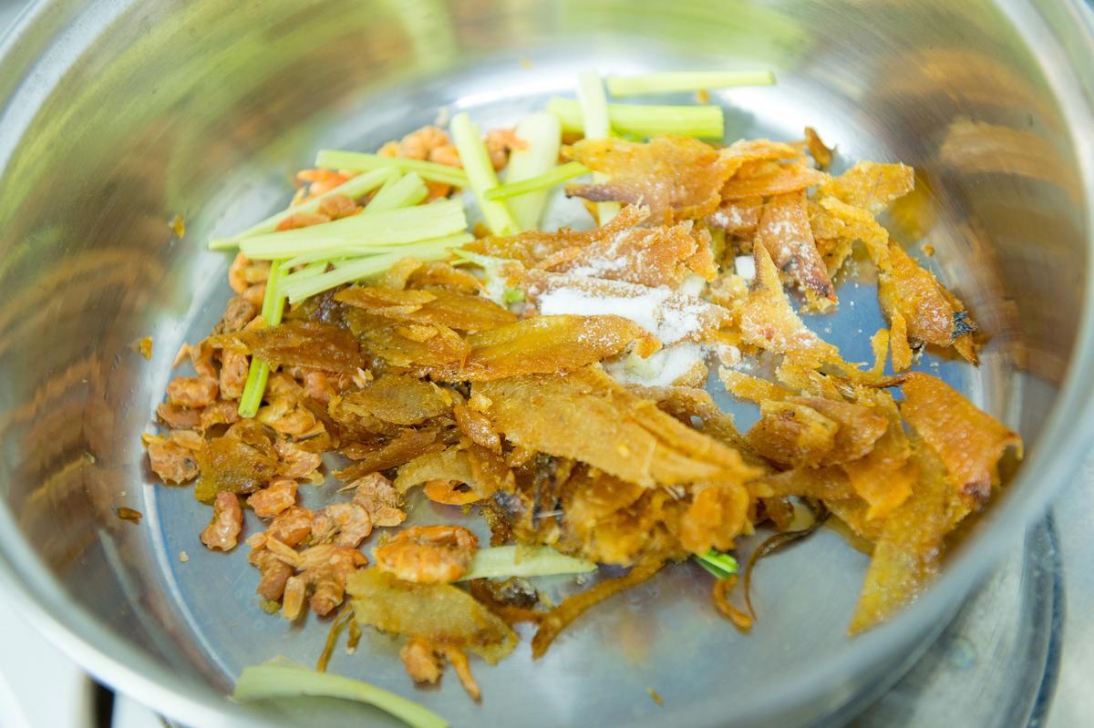 「双月牌沙茶鍋」上菜前會先鍋內加入炸香的扁魚、蝦米、芹菜,再倒入雞湯煮滾後上桌。