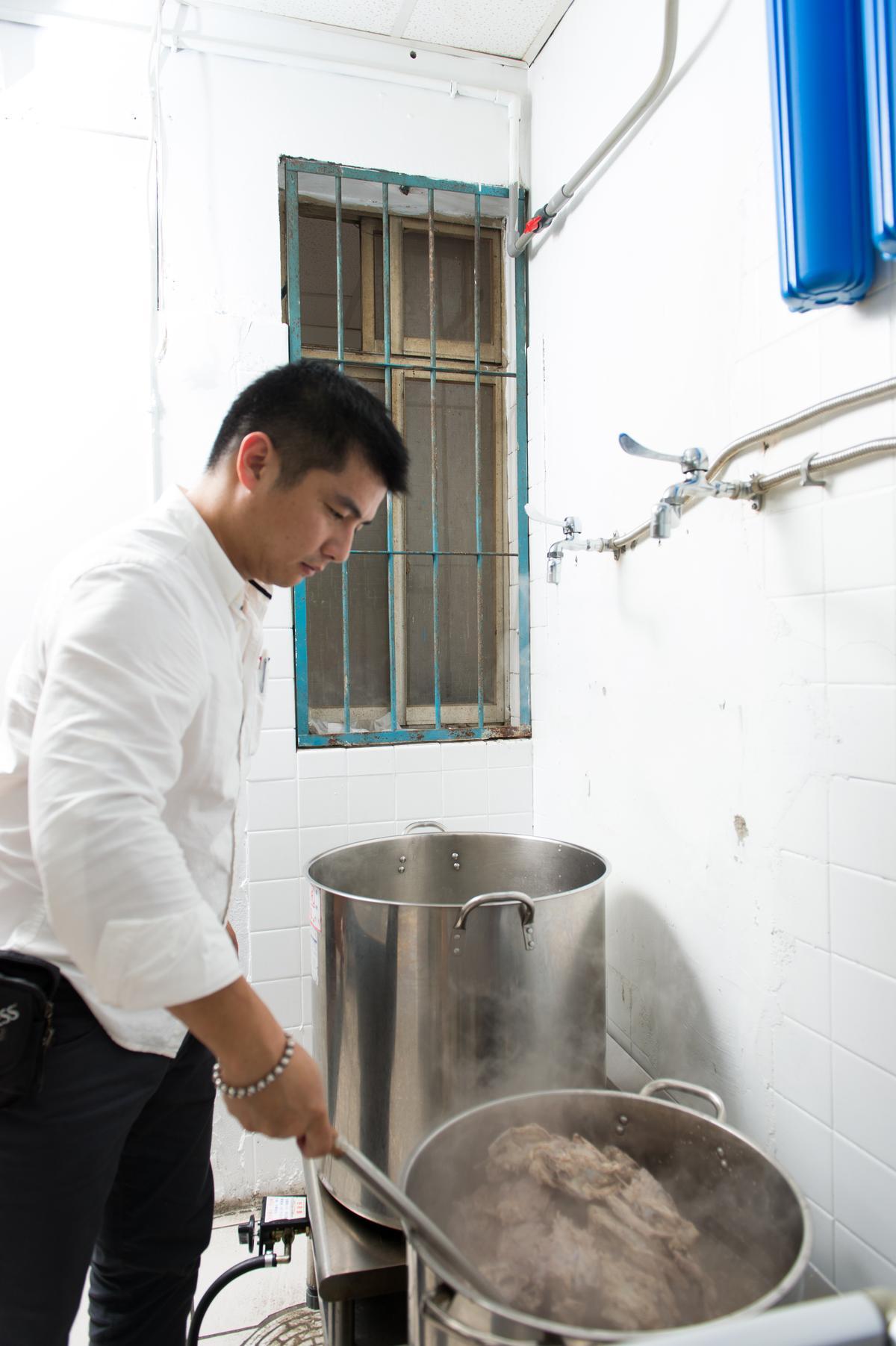 「双月牌沙茶鍋」湯底要用雞架子、大骨燉煮3~4小時,濾除浮末後再加扁魚、蝦米提香。