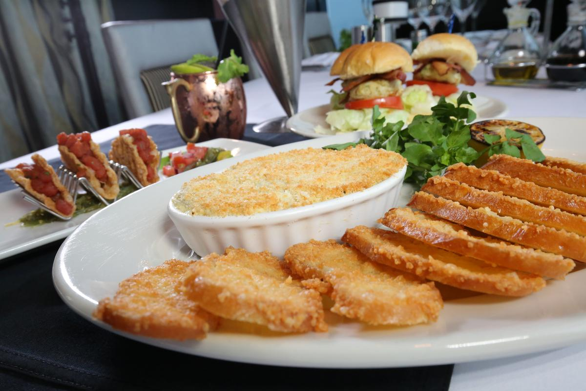 「莫爾頓牛排館」餐點無低消,過了用餐時間,來點些輕食、飲料,就可享受無敵夜景。