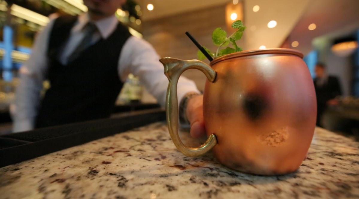 「MOSCOW MULE」( 莫斯科騾子)的訂製銅杯是正字標記。(520元/杯)