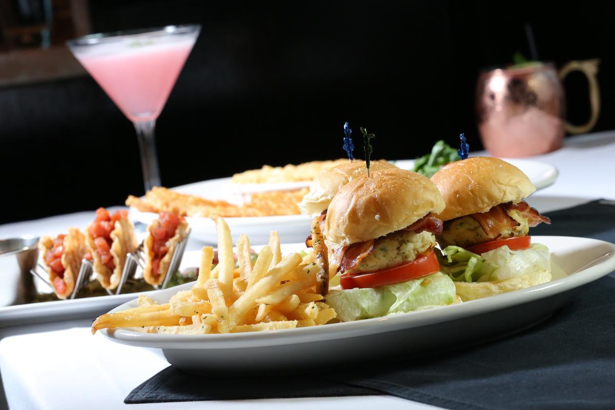 「蟹肉佐菠菜和醃製朝鮮薊」看似小漢堡,裡頭的大塊蟹餅卻十分飽口。(480元/份)