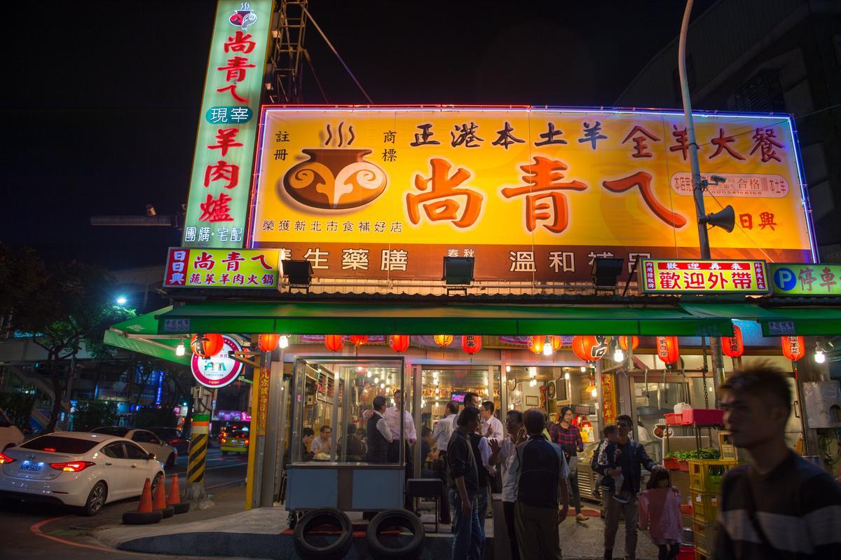「尚青仔羊肉大餐」的每天都從黃振堃的全羊分切儀式展開序幕,隨著夜色降臨,門口紅燈籠亮起,一群群食客開始擠進店門內。