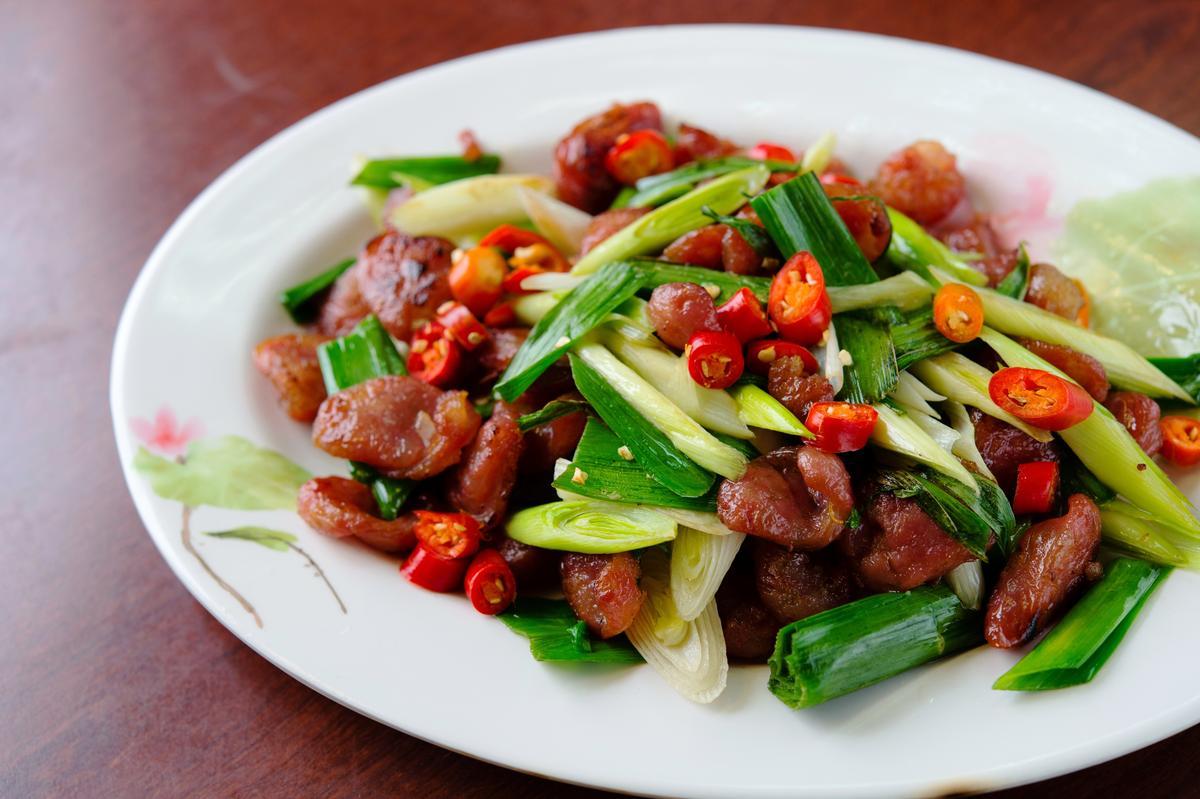 加入自製香腸的「香腸炒蒜苗」,鹹香涮嘴、青蒜鮮嗆平衡重口味,是這裡最紅的熱炒。(300元/份)