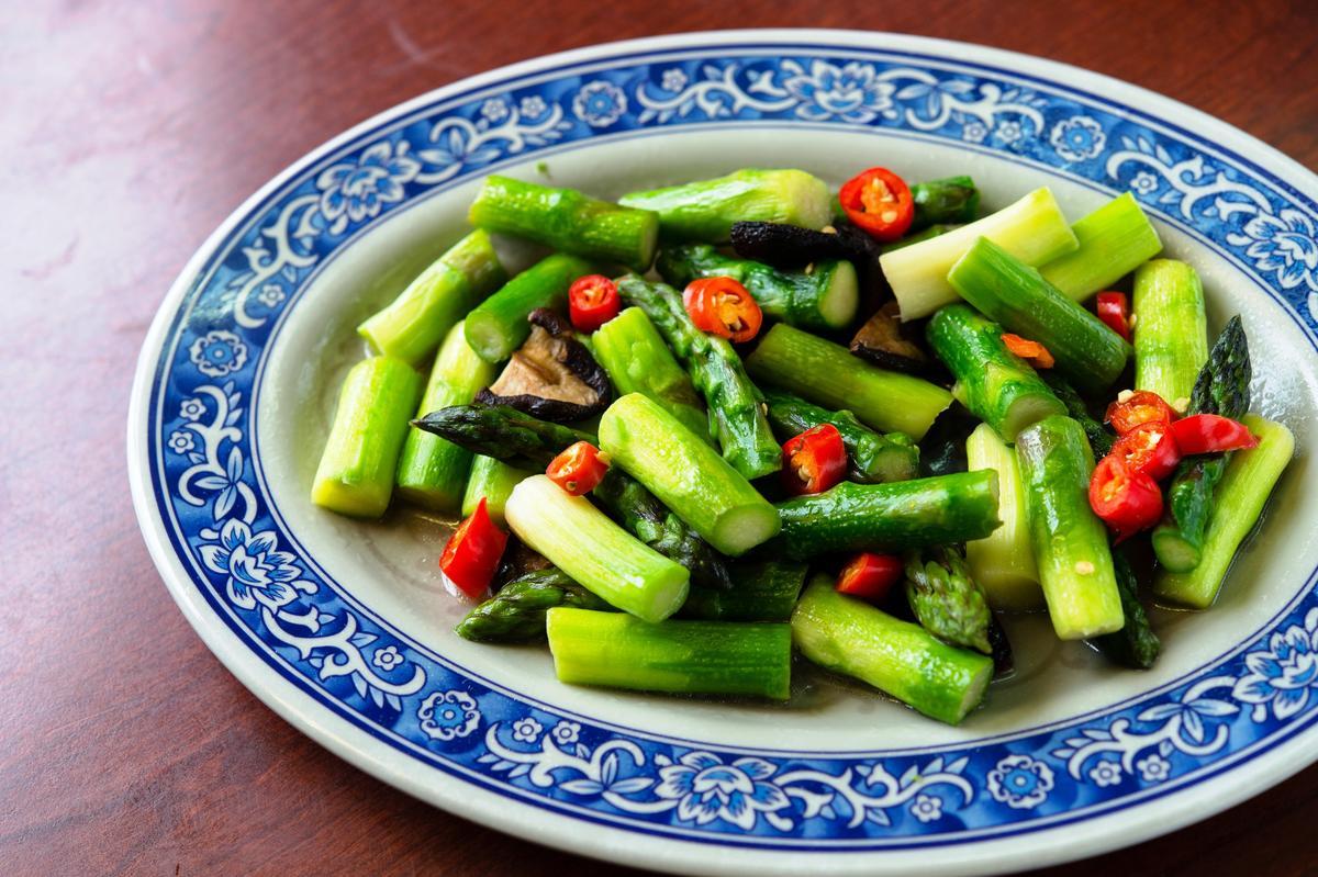 「香菇炒蘆筍」選用個頭圓胖的蘆筍,但口感柔嫰鮮甜,香菇增添香氣。(200元/份)