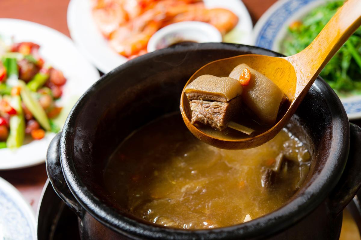 「藥燉羊肉爐」選用連皮帶肉的羊肉塊,吃來滑嫰黏嘴,膠質豐富。(800/份)