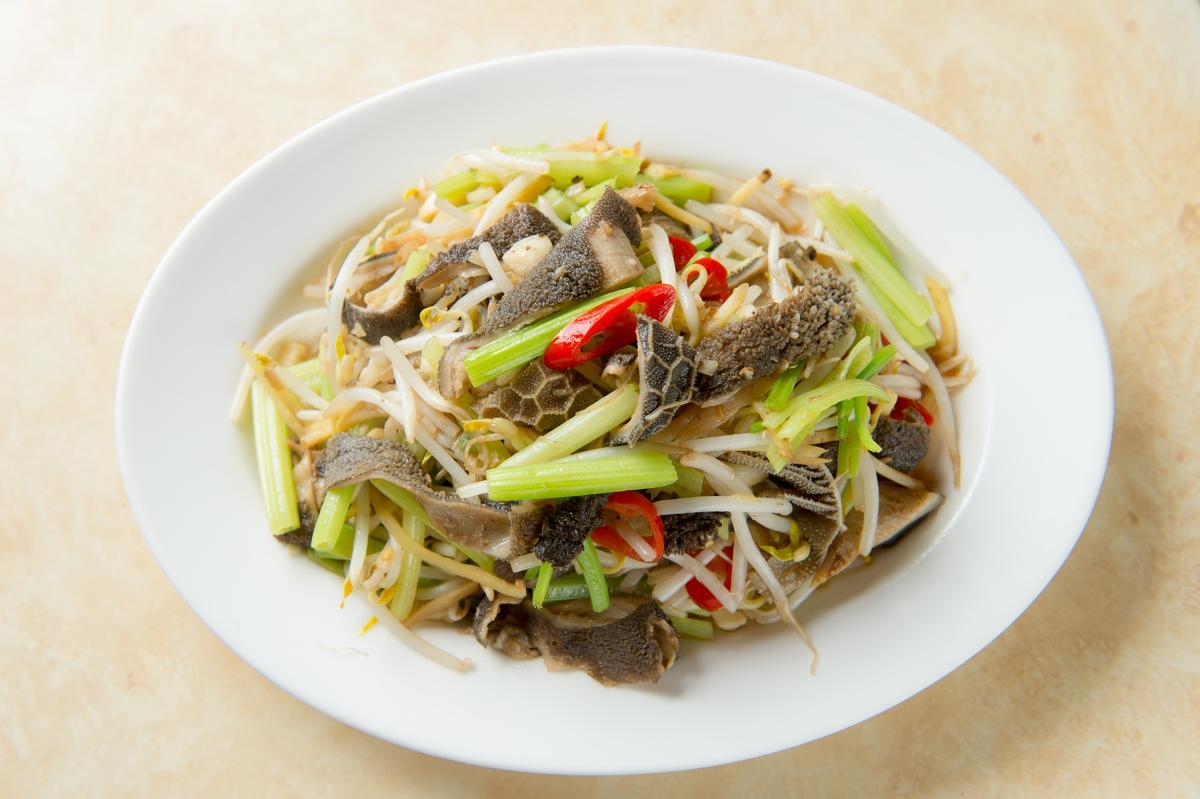 「炒羊肚」加了芹菜、薑絲,點醋調味,滋味鮮酸爽脆。(150元/份)