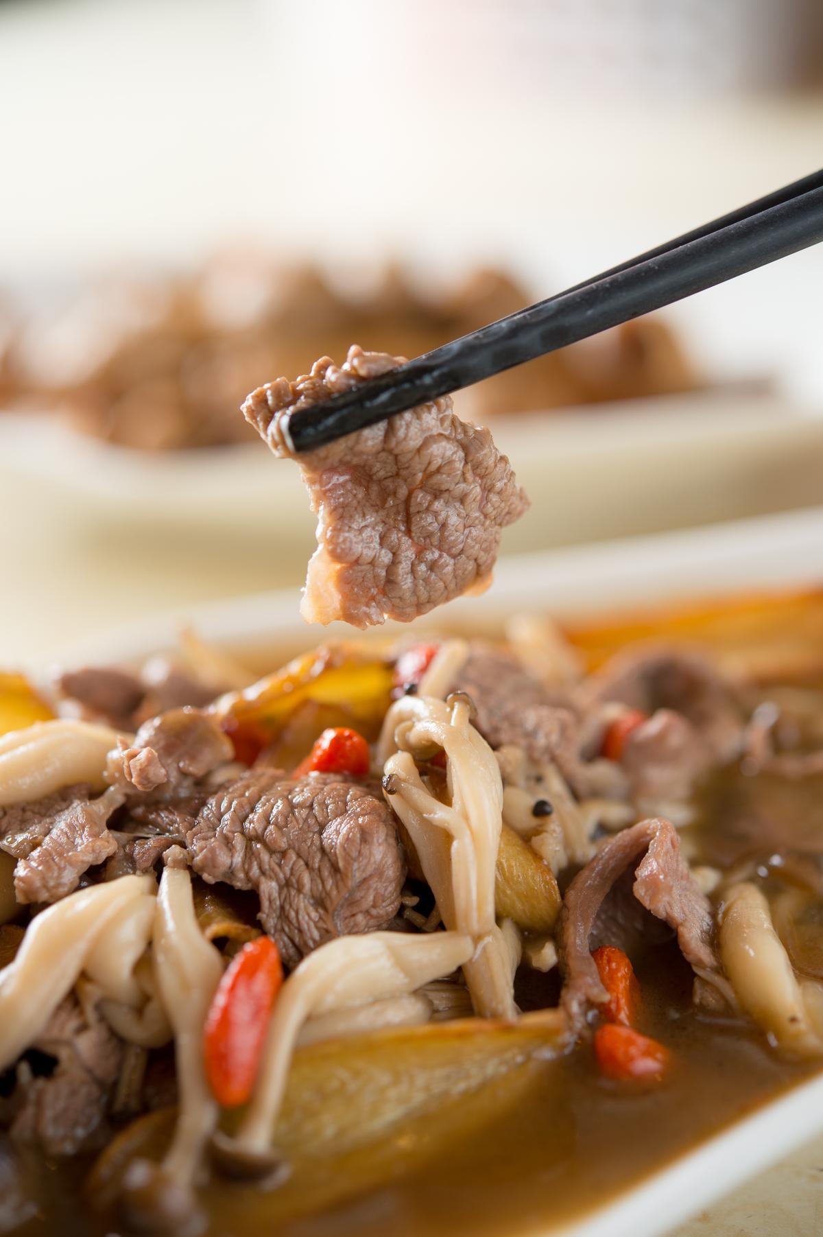 「麻油羊肉鴻喜菇」的羊肉略帶厚度,鮮香甜潤。(400元╱份)