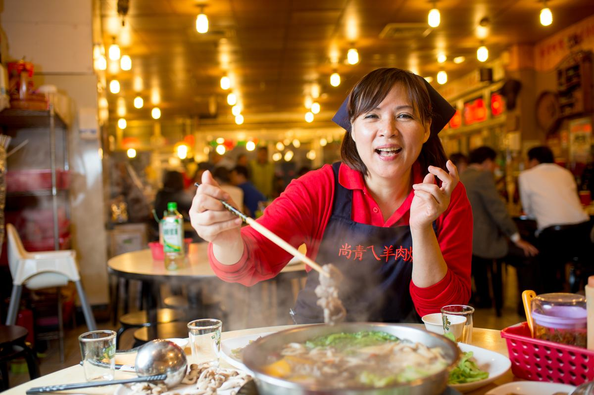 店長吳彩薇說:「帶皮羊肉上桌後要再滾個20分鐘才會入味軟嫰。」湯滾後加入絲瓜、南瓜、鴻喜菇等蔬菜,湯頭更顯清甜。