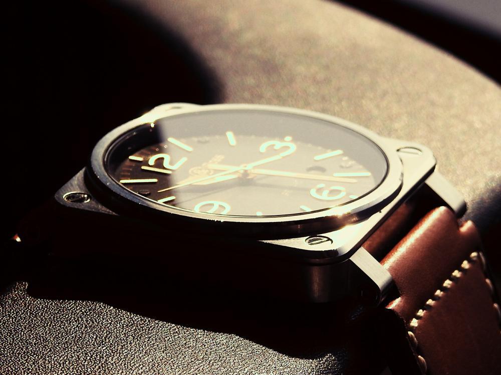 看起來「很飛行」但其實機能與一般腕錶無異,此次試戴的「BELL & ROSS BR 03 Golden Heritage自動腕錶」就是如此。